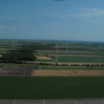 62. Vue aérienne avec, à l'horizon, le Mont-Royal et le centre-ville de Montréal