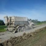 3. Épandage du ciment en poudre sur le chemin
