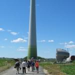 Visiteurs en marche vers une éolienne