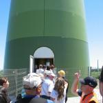 Visiteurs en file pour s'approcher de la porte de la tour