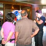 La représentante d'Enercon en discussion avec des visiteurs